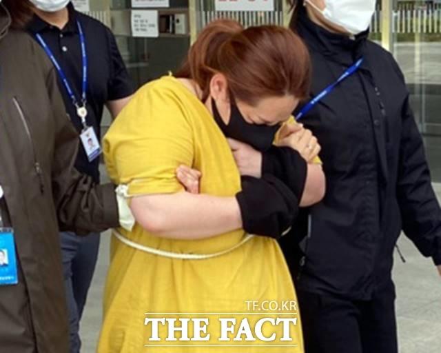 충남 천안에서 의붓아들을 여행용 가방에 가둬 의식불명 상태에 빠트린 혐의로 긴급체포 된 40대 여성. /뉴시스