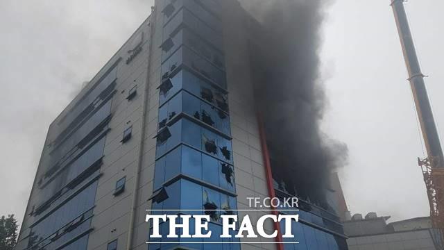 18일 오전 11시 20분께 경기도 고천동의 한 공장에서 불이나 출동한 소방대원들이 화재 진압을 하고 있다. 경기도소방재난본부는 대응 2단계를 발령했다고 밝혔다. /뉴시스
