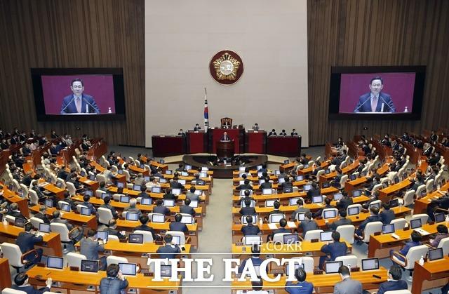 주호영 통합당 원내대표가 21일 국회 본회의에서 교섭단체 대표연설을 하는 가운데 여야 의원들이 경청하는 모습. /뉴시스