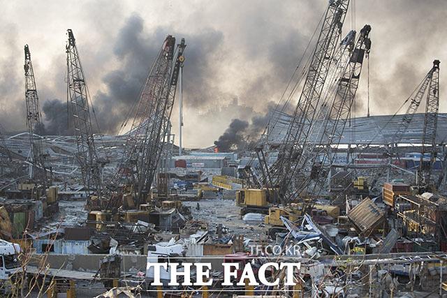 4일(현지시간) 레바논 수도 베이루트 항구에서 대규모 폭발사고가 일어나 처참하게 파괴된 현장에서 연기가 피어오르고 있다. /AP.뉴시스