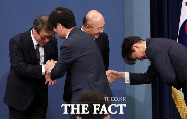 지난해 7월26일 김조원 당시 민정수석과 조국 전 민정수석이 청와대 춘추관 대브리핑룸에서 인사하는 모습. /뉴시스