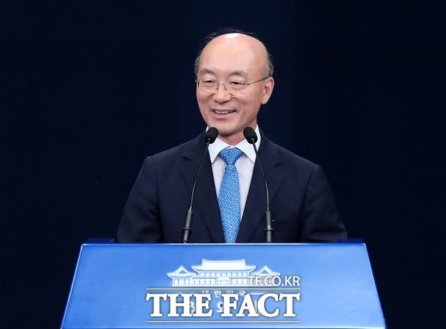 11일 청와대에 따르면 김조원(사진) 전 청와대 민정수석은 지난 7일 늦게까지 업무를 마무리하고 문재인 대통령께 인사를 드린 뒤 청와대를 떠났다. /뉴시스
