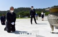 '5·18 민주묘지' 찾아 무릎 꿇은 김종인