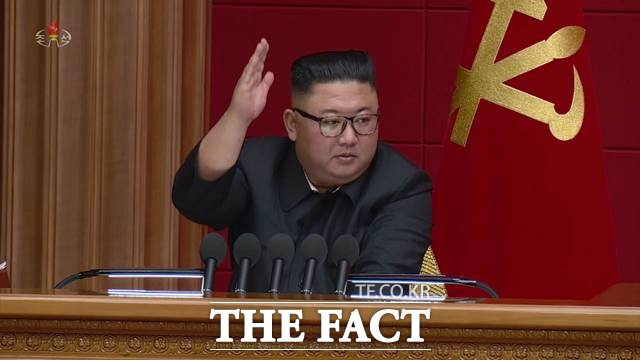 김정은 북한 국무위원장은 15일 정치국 회의를 열고 북한 내 반 사회주의 행태를 비판했지만, 미국 대선에 대해서는 일절 언급하지 않았다. 정치국 회의를 주재한 김 위원장의 모습. /조선중앙TV.뉴시스