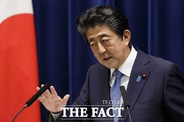 아베 신조 일본 총리는 28일 오후 5시 기자회견을 열고 현재로서 총리라는 자리에 계속 있어서는 안 된다고 판단했다며 총리직 사임을 공식 선언했다. /AP.뉴시스