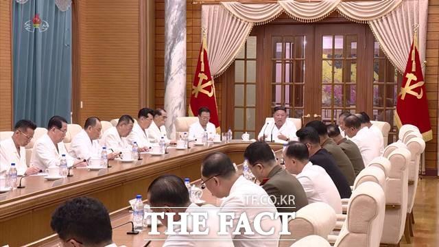 미묘한 긴장감이 흐르는 가운데 향후 국면을 두고는 여러가지 시나리오가 제기된다. 김정은 북한 국무위원장이 지난달 25일 정치국 확대 회의를 주재했다. /조선중앙TV 캡쳐
