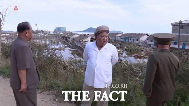 김정은 북한 국무위원장이 제9호 태풍 마이삭으로 피해를 입은 함경남도 지역을 찾아 대책 마련을 지시하고 현장지도에 나섰다고 6일 조선중앙TV가 보도하고 있다. /조선중앙TV