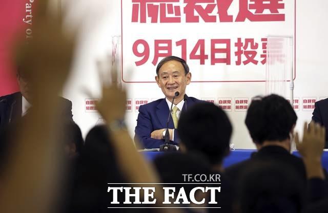 스가 요시히데 관방장관은 한국 국민들에게 어떻게 비춰질지 관심이 쏠리고 있다. 지난 8일 도쿄 소재 자민당 본부에서 후보들의 공동 기자회견이 열린 가운데 스가 장관이 질문을 받고 웃는 모습. /AP·뉴시스