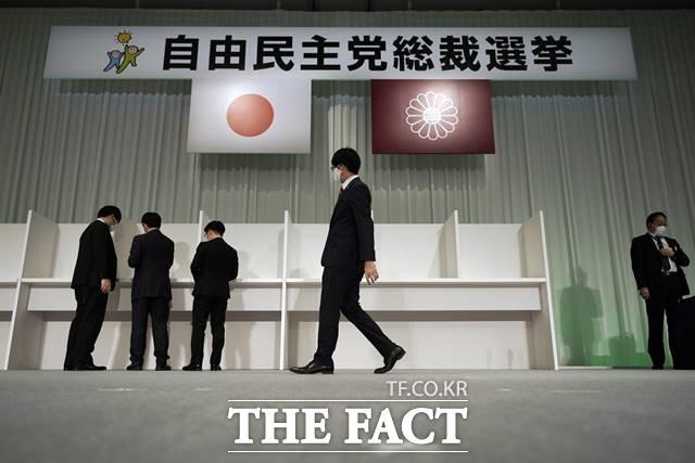 최근 스가 장관은 기자회견에서 한일관계 개선의 의지를 밝히기도 해 움직임이 있을 가능성이 비춰졌다. 14일 일본 도쿄에서 관계자들이 일본 자민당 총재 투표 준비를 하는 모습. /AP.뉴시스