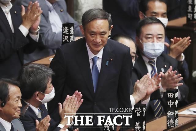 스가 요시히데 일본 총리는 이에 화답하듯 2일 중의원(하원) 예산위원회에 출석해 납북자 문제와 관련 김 위원장과 무조건 만나 해결하고 싶다는 입장을 재차 밝혔다. 스가 총리가 일본 국회 본회의에서 인사하고 있는 모습. /AP·뉴시스