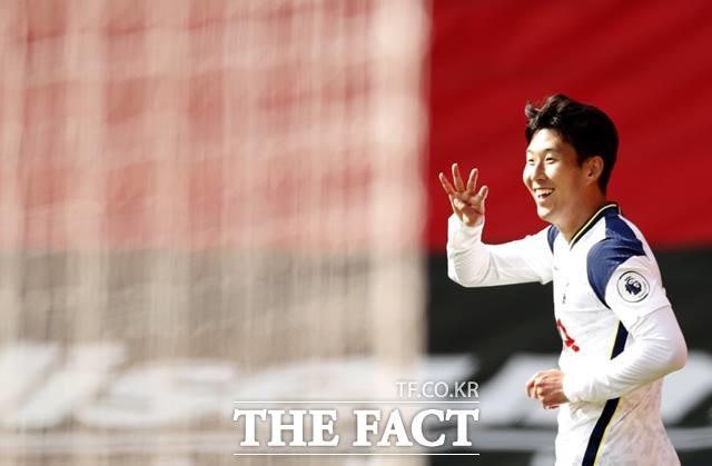 프로 데뷔 후 처음 1경기 4골을 기록한 손흥민이 손가락 4개를 펼쳐보이며 기쁨의 세리머니를 하고 있다./사우샘프턴=AP.뉴시스
