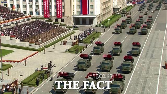 북한이 10일 노동당 창건 75주년을 맞아 어떤 전략무기를 공개할지 전 세계의 이목이 집중되고 있다. 2018년 당시 북한 조선중앙TV가 평양 김일성광장에서 북한 정권수립 70주년을 맞아 열병식을 진행한 모습을 공개했다. /조선중앙TV 캡쳐