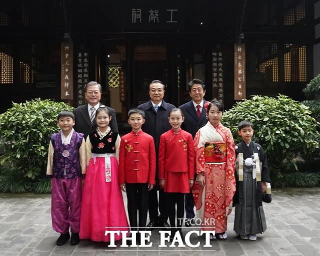우리측이 주최측인 상황에서 동북아 외교행사에 찬물을 끼얹는 것 아니냐는 비판도 나오고 있다. 문재인 대통령과 아베 총리, 리커창 총리가 지난해 12월 중국 쓰촨성에서 열린 한중일 정상회의에서 각국 전통의상을 입은 어린이들과 기념촬영하고 있다. /뉴시스