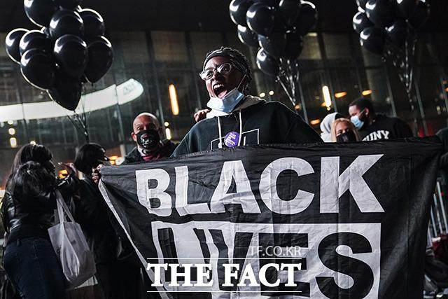 14일(현지시간)에 뉴욕 바클레이즈 센터 앞에서 고 조지 플로이드 추모 시위가 열린 가운데 한 참가자가 구호를 외치고 있다 /뉴욕=AP.뉴시스