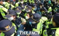 [TF현장] 국방부, 성주 사드 기지에 장비 반입…막아선 주민들 '충돌'