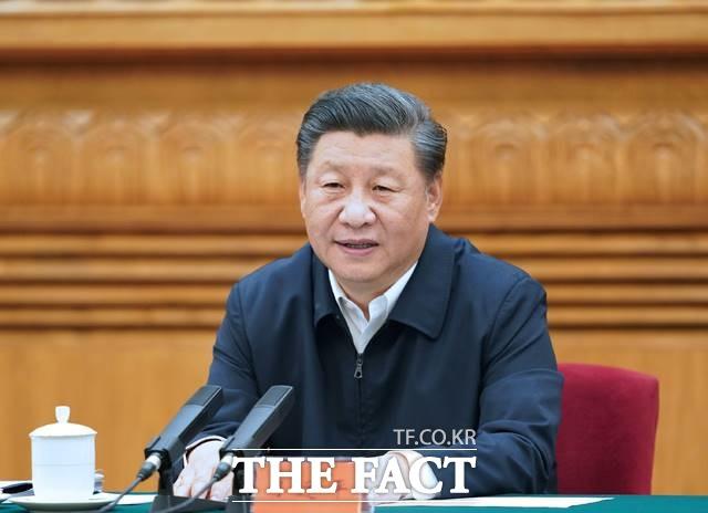 시진핑 중국 국가주석의 방한이 확정적임에도 우리 측 의사로 한중정상회담이 지연되고 있다는 이야기가 나온다. 시 주석이 심포지엄을 주재하는 모습. /AP·뉴시스