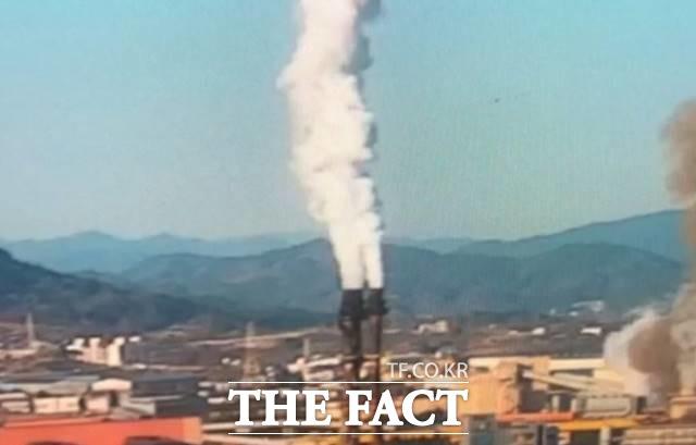 24일 오후 전남 광양시 금호동 포스코 광양제철소 내 산소 배관에서 산소가 새어 나오면서 불이 났다. /뉴시스