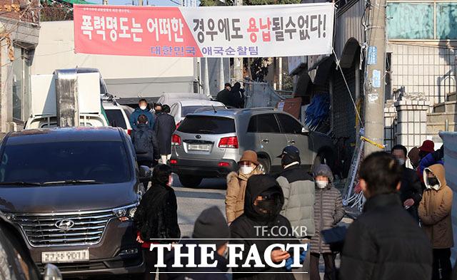 26일 오전 서울 성북구 사랑제일교회 인근에서 교인들이 대기하고 있다. /뉴시스
