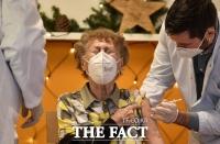 [TF사진관] '코로나19에 반격 개시'…EU 27개국 백신 접종 시작