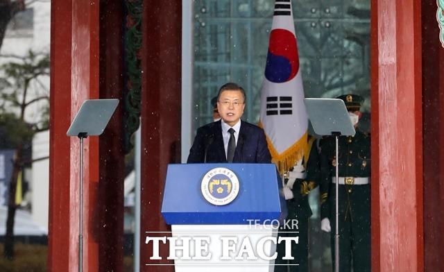 문 대통령이 1일 오전 서울 종로구 탑골공원에서 열린 제102주년 3·1절 기념식에 참석해 기념사를 하고 있다. /뉴시스