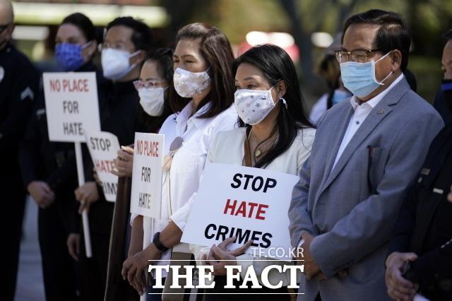 미국 지역 경찰은 최근 아시아계 증오 편지에 대한 수사에 착수했다. 22일(현지시간) 미 캘리포니아주 로스앤젤레스에서 열린 아시아계 미국인에 대한 폭력 중단 촉구 기자회견에 참석한 시위대가 증오 범죄 중단이라고 쓰인 팻말을 들고 있는 모습. /[로스앤젤레스=AP/뉴시스]