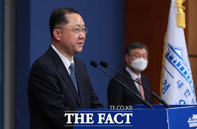 지난달 4일 임명된 김진국 신임 청와대 민정수석 춘추관 브리핑룸에서 인사말을 하고 있다. 오른쪽은 신현수 전 민정수석. /뉴시스