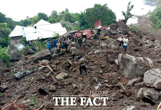 구조 대원들이 인도네시아 동부 누사 텡 가라 지방 렘 바타 섬의 일 레아 페티 무르 지역의 산사태 피해 장소에서 피해자를 수색하고 있다.