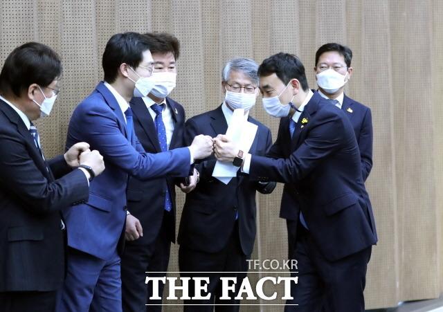 16일 국회 소통관에서 최고위원 출마선언 기자회견을 마치고 동료의원들의 격려를 받고 있는 김용민 민주당 의원. /국회사진취재단