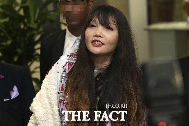 도안 티 흐엉이 김정남을 살해한 혐의로 구속 수감됐다가 공소 변경으로 3일 풀려나 말레이시아를 떠나 베트남으로 돌아왔다. /하노이=AP.뉴시스