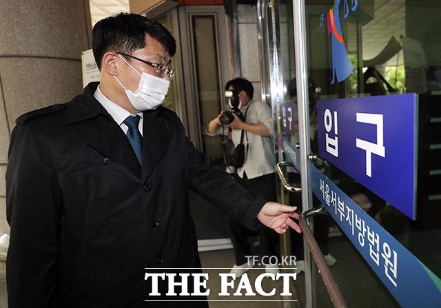 법원이 북한 김일성 주석의 항일 회고록 판매를 금지해달라는 가처분 신청을 기각했다. 사진은 지난달 27일 열린 심문 기일에 출석하는 자유민주주의 연대 도태우 변호사. /뉴시스
