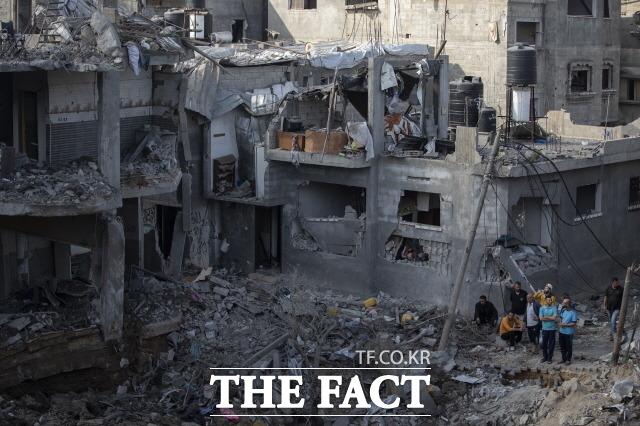 이스라엘군이 팔레스타인 가자 지구 내 외신 건물을 폭격했다. 지난 14일(현지시간) 팔레스타인 가자지구 북부의 베이트 하노운 마을에서 주민들이 지난밤 이스라엘의 공습으로 파괴된 집들을 바라보는 모습. /가자지구=AP/뉴시스