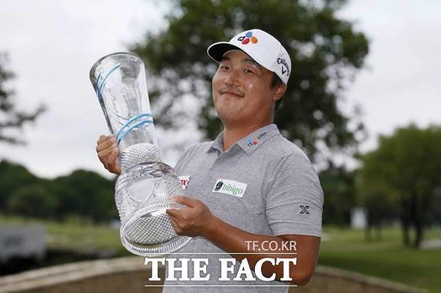 즐기는 골퍼 이경훈이 17일 미국 PGA투어 80번째 도전 대회인 AT&T 바이런넬슨에서 첫 우승을 차지한 뒤 트로피를 들고 포즈를 취하고 있다./매키니(미 텍사스주)=AP.뉴시스