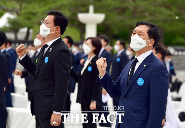 41주기 기념식에서 임을 위한 행진곡을 제창하는 송영길, 김기현.