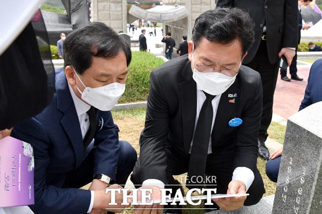 5·18 열사 묘역을 함께 둘러보는 김기현과 송영길.