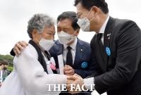 보수, 5·18 민주화운동 처음으로 초청…'광주 위로하는 여야' [TF사진관]