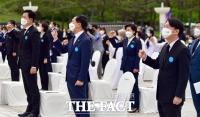 정치 이념 떠나 함께 부르는 '임을 위한 행진곡' [TF사진관]