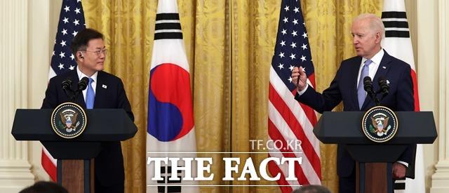 문재인 대통령은 12일(현지시간) 오후 G7 정상회의가 열리고 있는 영국 콘월 카비스 베이 호텔 회담장에서 조 바이든 미국 대통령을 약 3주 만에 다시 만나 미국이 보낸 얀센 백신 예약이 18시간 만에 마감됐다. 한국에서 큰 호응이 있었다고 감사의 뜻을 표했다. 문 대통령과 바이든 대통령이 지난달 21일 오후(현지시간) 미국 워싱턴 백악관 이스트룸에서 공동기자회견을 하는 모습. /뉴시스