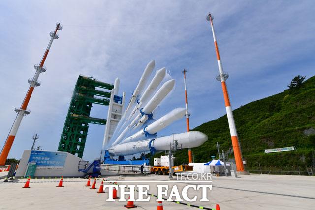 누리호와 더불어 순수 우리기술로 제작된 발사대에 누리호가 기립하고 있다. 사진은 누리호 기립 모습을 여러장 촬영해 합성한 모습.