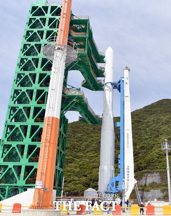발사대 장착 시험하는 누리호, 한 달간 시험을 통한 결과에 따라 오는 10월 누리호가 발사된다. 누리호 발사에 성공할 경우 우리는 세계에서 7번째로 독자적인 우주 발사체 기술을 갖게된다.