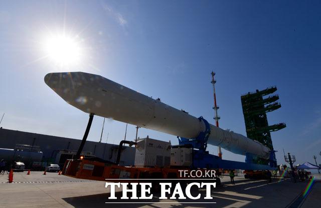 1일 오전 전남 고흥군 나로우주센터에서 한국한공우주연구원이 한국형발사체 누리호 인증모델을 발사대에 장착하는 시험을 진행하고 있다. /뉴시스