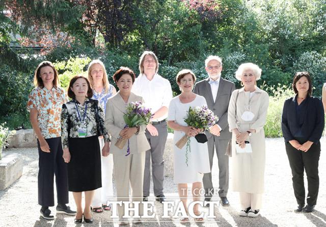 김정숙 여사가 오스트리아 비엔나대학 식물원을 방문한 가운데 도리스 슈미다우어 오스트리아 영부인 등 참석자들과 기념촬영을 하고 있다.