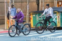 60대 마돈나, 20대 남자친구와 자전거 데이트 포착