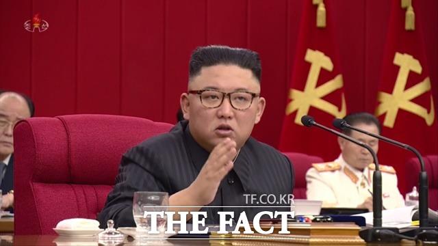 김정은 북한 조선노동당 총비서 겸 국무위원장이 지난 17일 제3차 노동당 중앙위원회 전원회의에서 대외 전략과 관련해 대화·대결에 다 준비돼 있어야 한다. 특히 대결에 더욱 빈틈없이 준비되어 있어야 한다고 밝혔다. 김 총비서가 지난 15일 전원회의에서 발언하는 모습. /조선중앙TV·뉴시스