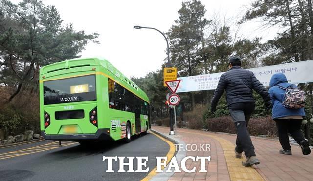 올 8월부터 서울 남산공원에 경유를 연료로 사용하는 관광버스 진입이 완전히 통제된다. 2020년 12월23일 오전 남산순환 버스가 서울 남산공원 N서울타워를 향하고 있다. /뉴시스