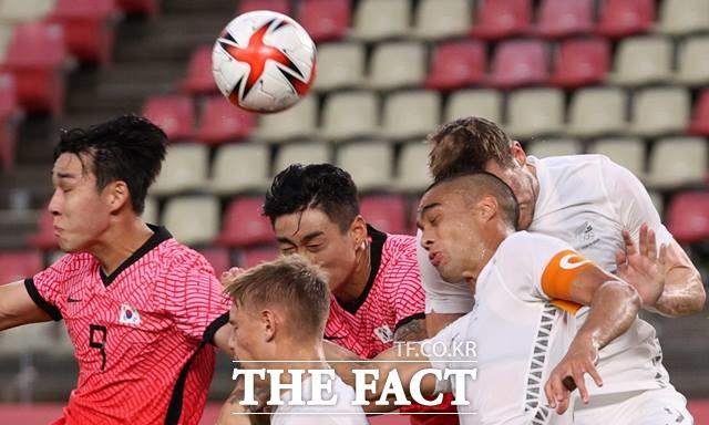 김학범 감독이 이끄는 한국올림픽축구대표팀이 22일 2020 도쿄올림픽 남자축구 B조 1차전에서 뉴질랜드의 밀집수비에 막혀 골을 넣지 못 하고 0-1로 패배했다./가시마=뉴시스