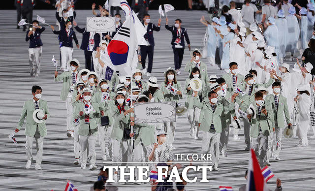 23일 오후 일본 도쿄 국립경기장에서 열린 2020 도쿄올림픽 개회식에서 대한민국 선수들이 입장하고 있다. /도쿄=뉴시스