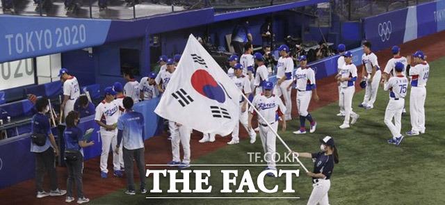한국대표팀 사이로 휘날리는 태극기.