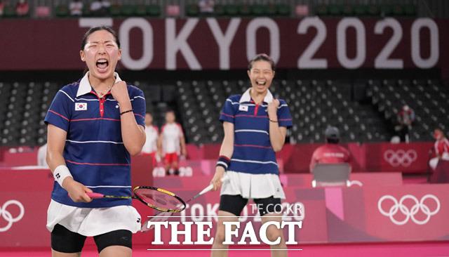 배드민턴 여자복식 공희용(왼쪽)과 김소영이 29일 일본 도쿄 무사시노노모리 종합 스포츠플라자에서 열린 2020 도쿄올림픽 배드민턴 여자복식 8강전에서 승리하며 준결승에 진출한 가운데 경기후 기뻐하고 있다. /도쿄=AP.뉴시스
