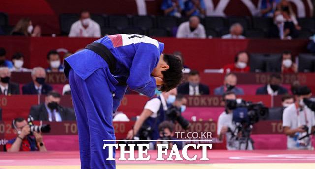 윤현지가 29일 도쿄 일본무도관에서 열린 2020 도쿄올림픽 여자유도 78㎏급 동메달 결정전에서 패하며 메달 획득에 실패한 가운데 경기를 마치고 아쉬워하고 있다. /도쿄=뉴시스