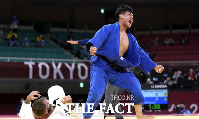 남자유도 조구함이 29일 도쿄 일본무도관에서 열린 2020 도쿄올림픽 유도 남자 100㎏급 8강 경기에서 우승하며 기뻐하고 있다. /도쿄=AP.뉴시스